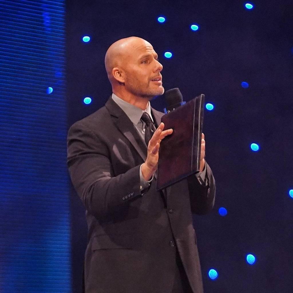 Adam Pearce indirecta Roman Reigns problemas