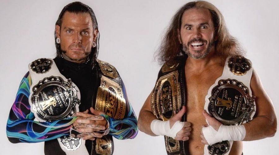 Matt Hardy carga Vince McMahon Riddle