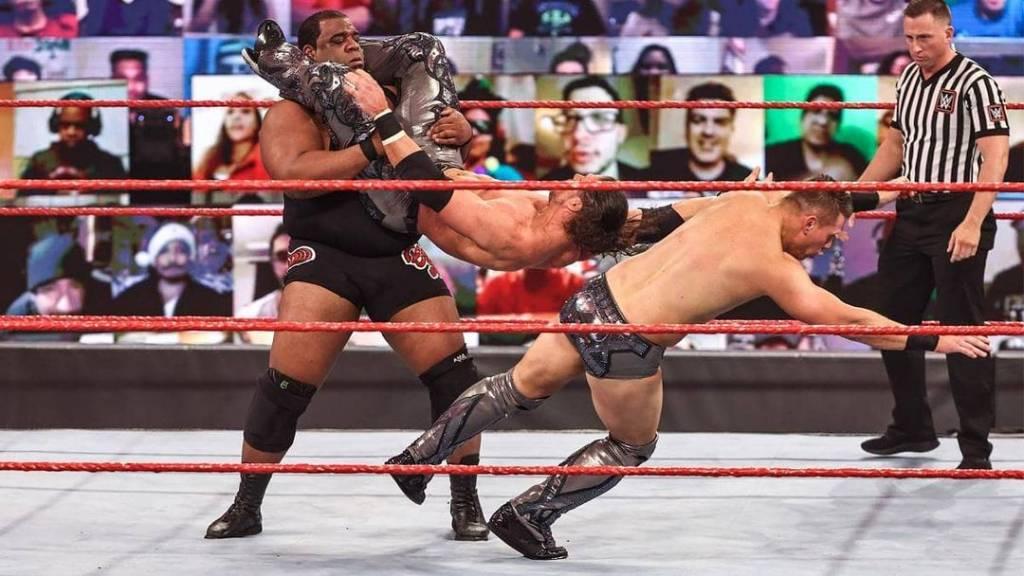 Keith Lee rompe ring WWE Raw